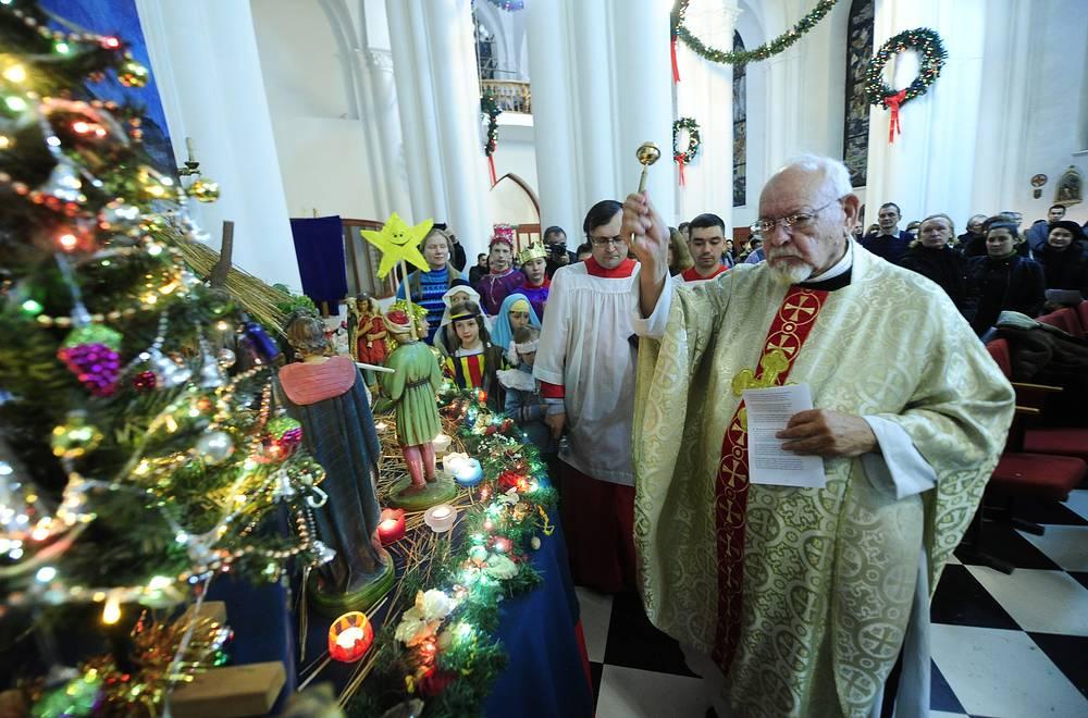 В ночь на 25 декабря праздник католического Рождества отметили более чем в ста странах мира. На фото: священнослужитель во время мессы навечерия Рождества в католическом храме Пресвятой Богородицы, Владивосток