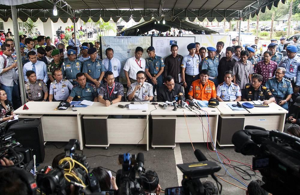 Пресс-конференция национального поискового и спасательного агентства Индонезии, посвященная предварительным результатам поиска пропавшего самолета AirAsia