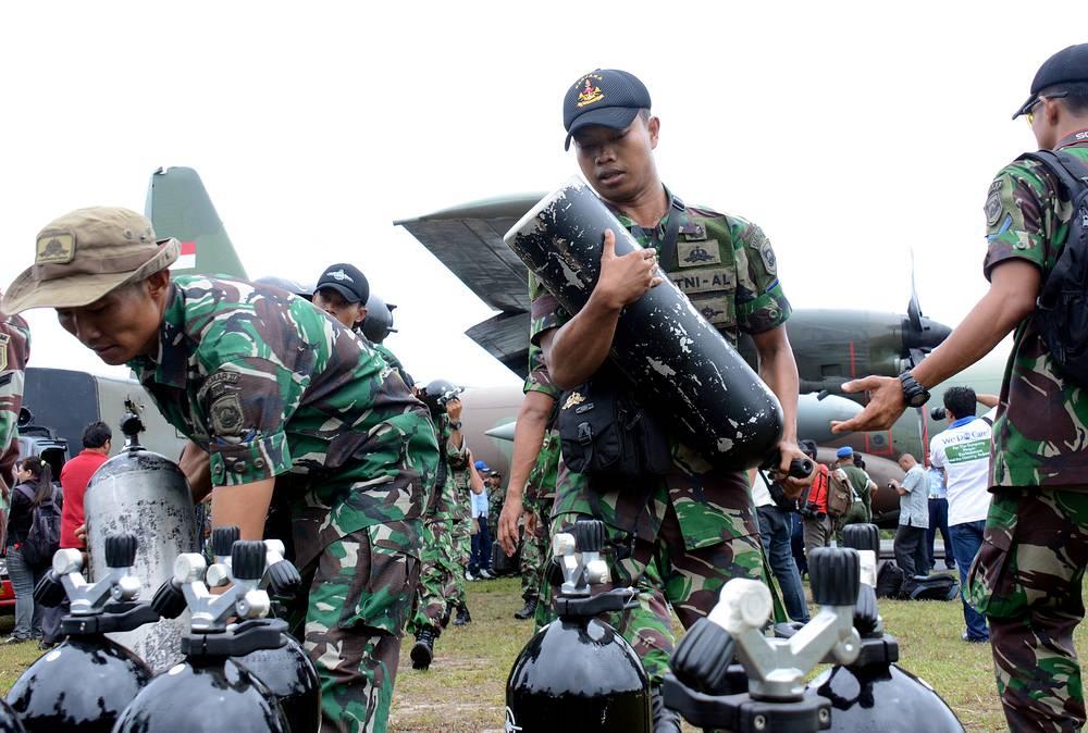 Водолазы военно-морского флота Индонезии принимают участие в поисковой операции жертв AirAsia.
