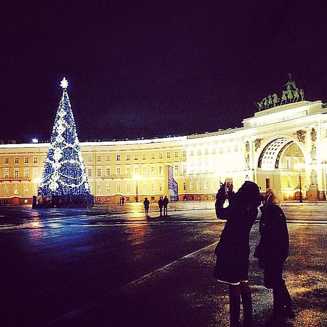 Новогодняя елка на Дворцовой площади в Санкт-Петербурге