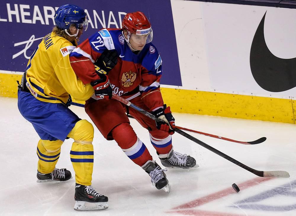 Нападающий сборной России Иван Барбашев контролирует шайбу