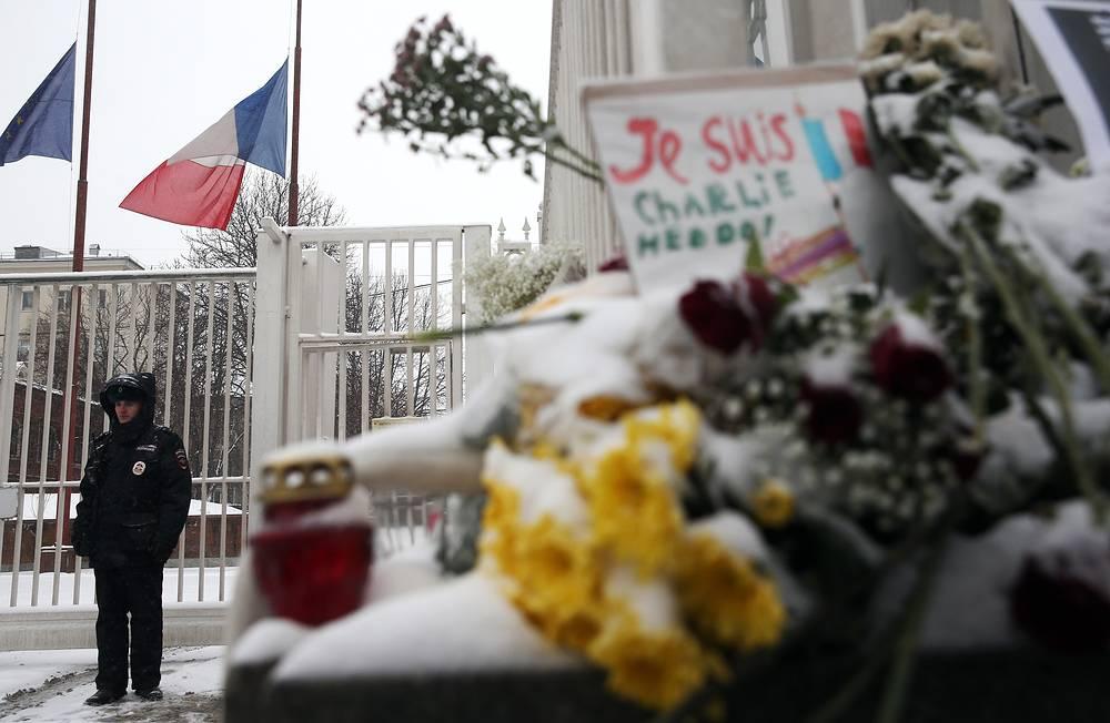 """""""Не важно, случилось это во Франции или в какой-то другой стране. - Сегодня мы пришли к посольству Франции, чтобы показать, что обычным людям это не безразлично"""", - поделилась участница акции"""