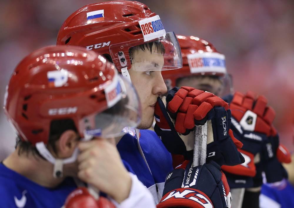 Сборная России уступила команде Канады в финале молодежного чемпионата мира по хоккею, который прошел в Канаде. Встреча, состоявшаяся в Торонто, завершилась со счетом 4:5 (1:2, 3:3, 0:0). На фото: игрок сборной России Александр Шаров (в центре)