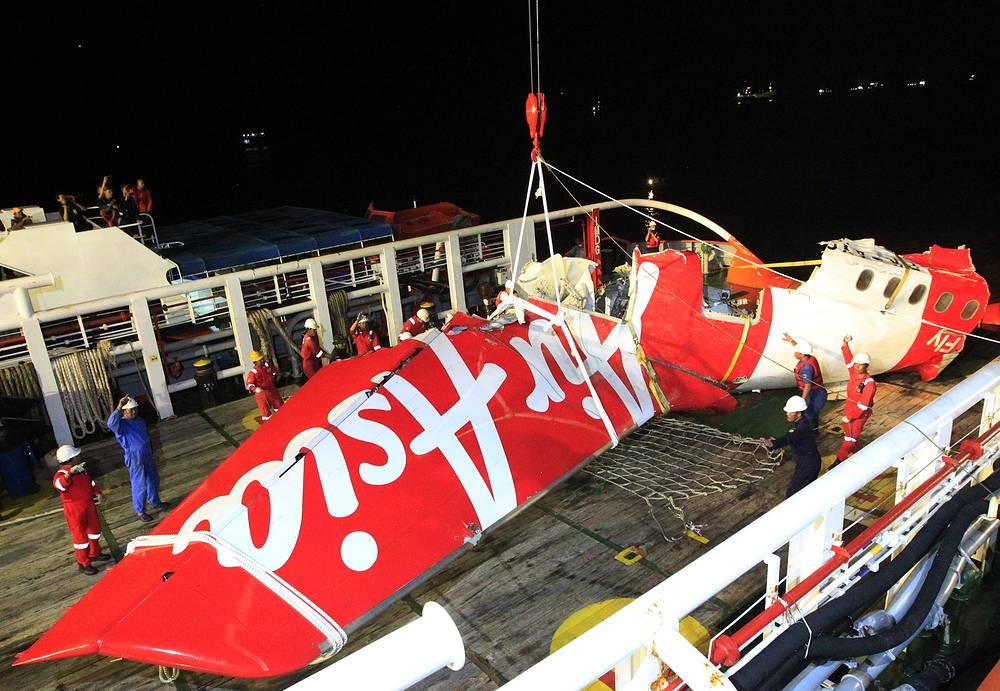 """Операция по поиску """"черных ящиков"""" и поднятию частей самолета продолжилась 12 января"""