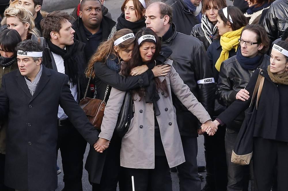 Первыми прошли члены семей погибших - родственники журналистов редакции еженедельника Charlie Hebdo, офицеров полиции и посетителей кошерного супермаркета, убитых террористами