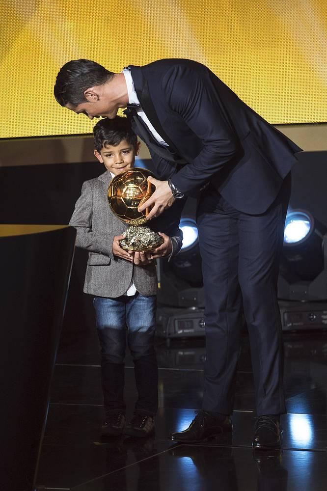 """Криштиану Роналду с сыном на церемонии вручения """"Золотого мяча"""""""