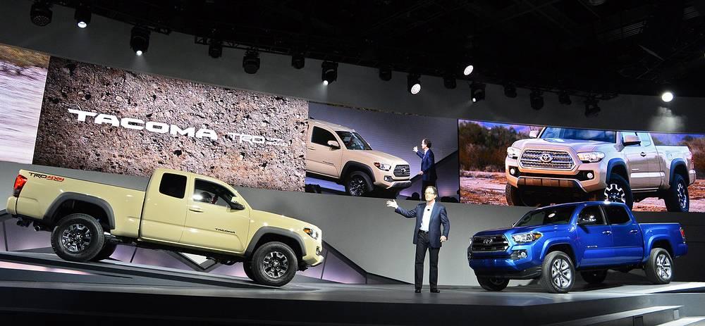 Генеральный менеджер Toyota Motor Билл Фэй представляет новую модельToyota Tacoma (справа) и Tacoma TRD