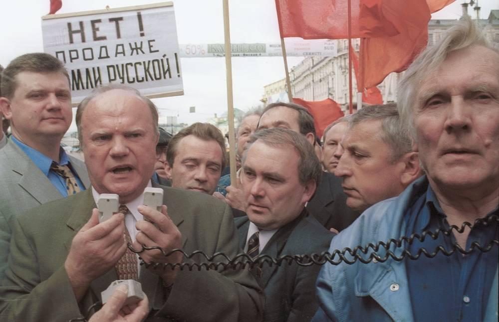 Руководитель фракции КПРФ Геннадий Зюганов выступает на митинге перед зданием Госдумы в знак протеста против обсуждения в палате проекта земельного кодекса, 2001 год