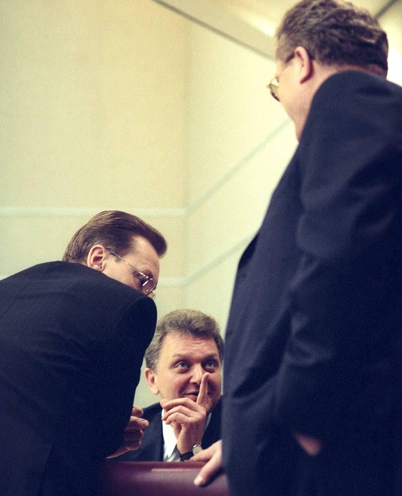 Полномочный представитель Правительства в Госдуме Андрей Логинов, министр промышленности и энергетики Виктора Христенко и председатель комитета по энергетике Валерий Язев на правительственном часе в Госдуме, 2004 год