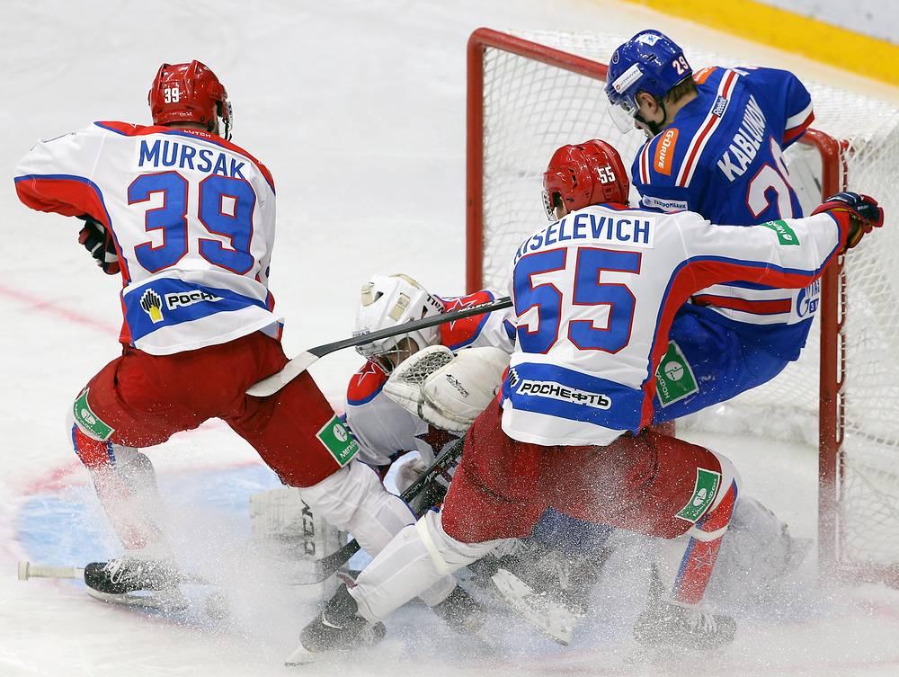 Нападающий СКА Илья Каблуков в атаке на ворота ЦСКА