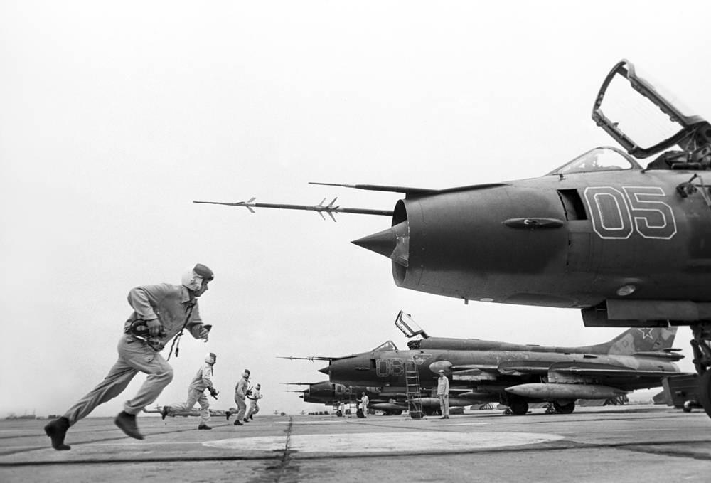 Экипажи истребителей-бомбардировщиков Су-17 во время учебной тревоги, 1985. Су-17 был первым советским самолетом с крылом изменяемой стреловидности.
