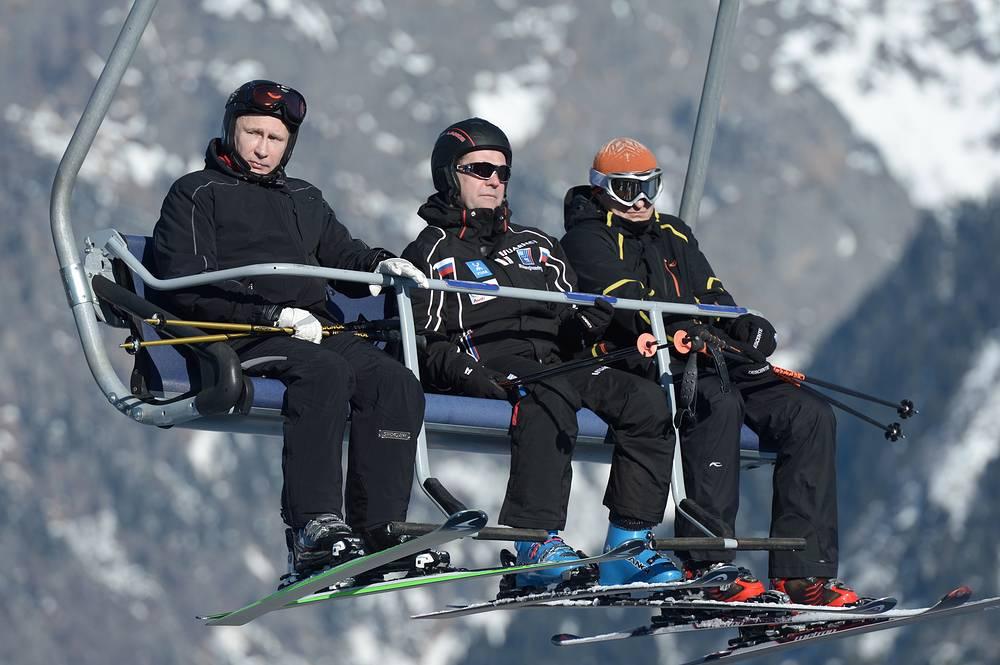 """Президент России Владимир Путин и премьер-министр Дмитрий Медведев во время катания на лыжах на трассе лыжно-биатлонного комплекса """"Лаура"""" в Красной Поляне, 2014 год"""