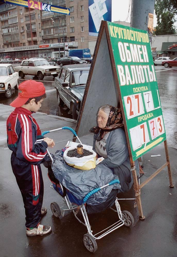"""Ослабление рубля продолжилось на протяжении четырех лет после дефолта: 7 и 12 декабря 2002 года Центробанком РФ доллар был оценен в 31,86 руб. (всего с момента дефолта рубль обесценился к доллару в 4,9 раза). Затем курс начал снижаться и оставался стабильным до 2008 года. На фото: новый """"пункт обмена валюты"""", 2000 год"""