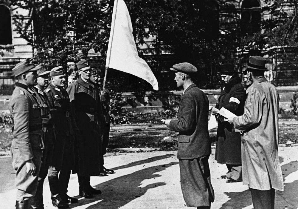 Переводчик передает условия капитуляции польского военачальника Тадеуша Коморовского немецким офицерам, 5 октября 1944 года