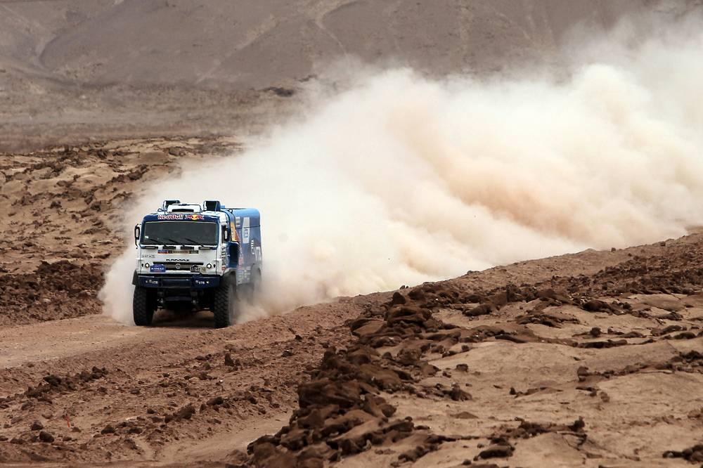 Экипаж Эдуарда Николаева во время девятого этапа ралли на участке Икике - Калама, Чили, 13 января