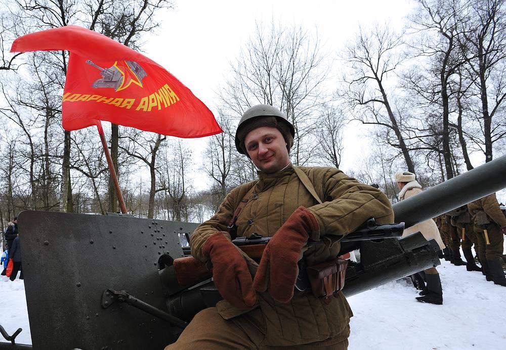 Участник военно-исторической реконструкции, посвященной 71-й годовщине освобождения Красного Села в ходе операции по полному снятию блокады Ленинграда