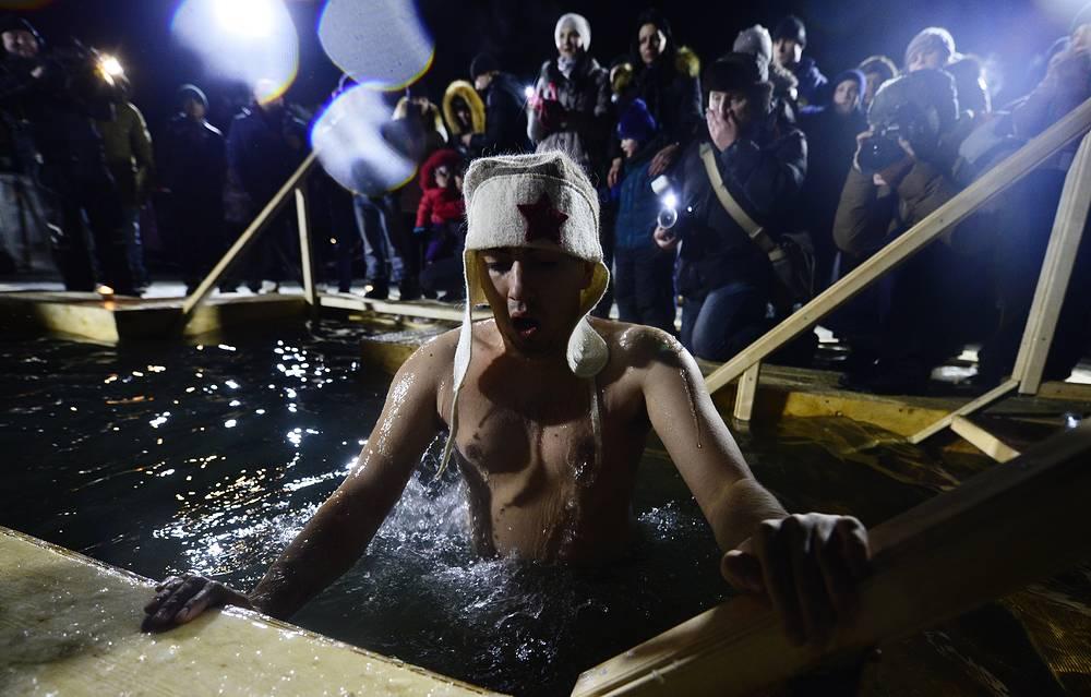 Крещенские купания в купели на Спортивной набережной во Владивостоке