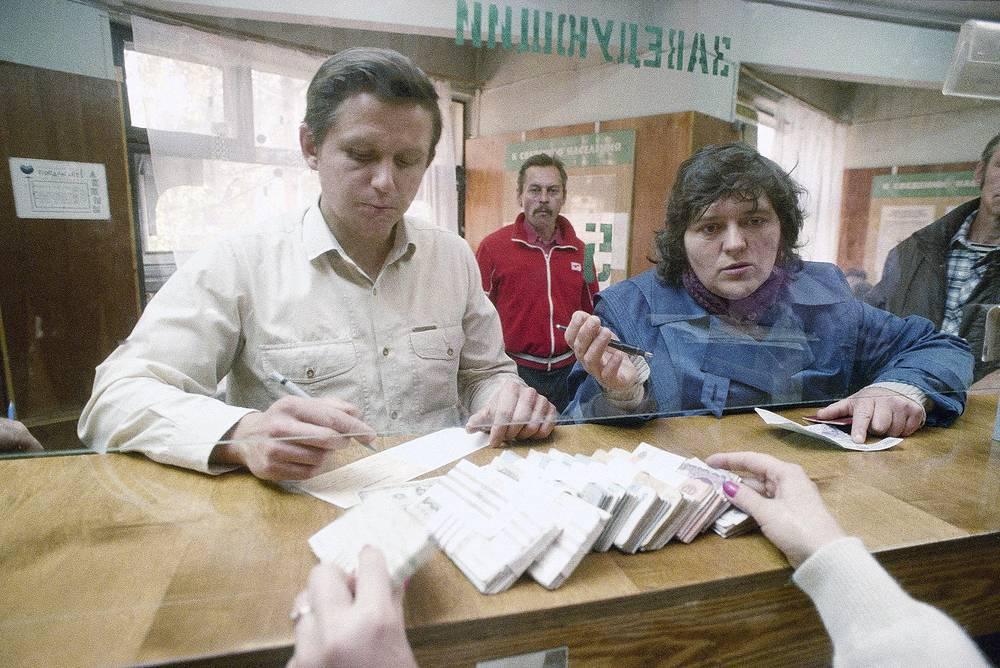 """Москвичи меняют доллары на рубли в одном из местных банков в """"черный вторник"""" 22 сентября 1992 года"""