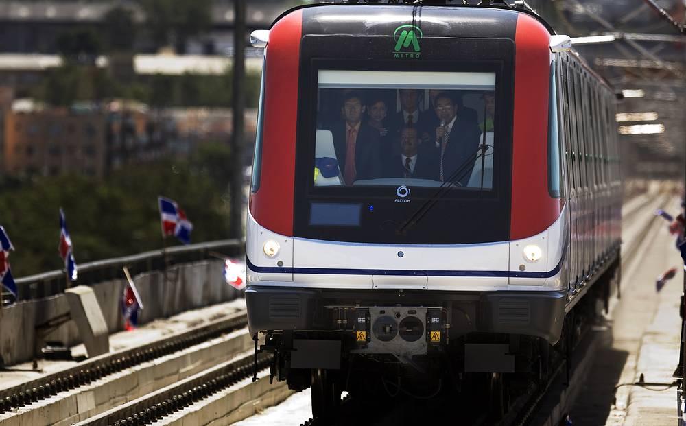Президент Доминиканской Республики Леонель Фернандес во время испытательной поездки нового пассажирского поезда в Санто-Доминго, Доминиканская Республика, 2008 год