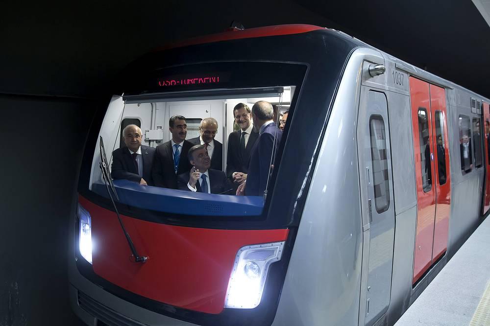 Президент Турции Абдулла Гюль, премьер-министр Испании Мариано Рахой и премьер-министр Турции Реджеп Тайип Эрдоган (слева направо) в кабине водителя на открытии новой линии метро в Анкаре, Турция, 2014 год