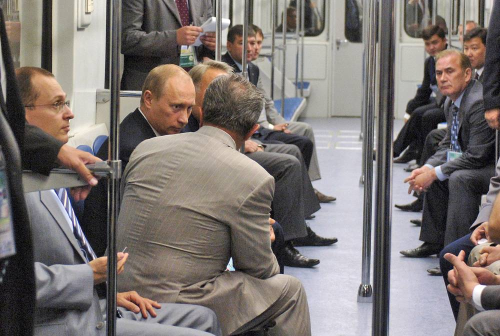 Полпред президента РФ в ЮФО Сергей Кириенко и президент России Владимир Путин в вагоне казанского метро, 2005 год