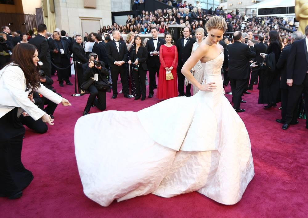 """Актриса Дженнифер Лоуренс в платье Christian Dior на 85-й церемонии вручения премии """"Оскар"""" в Лос-Анджелесе, 2013 год"""