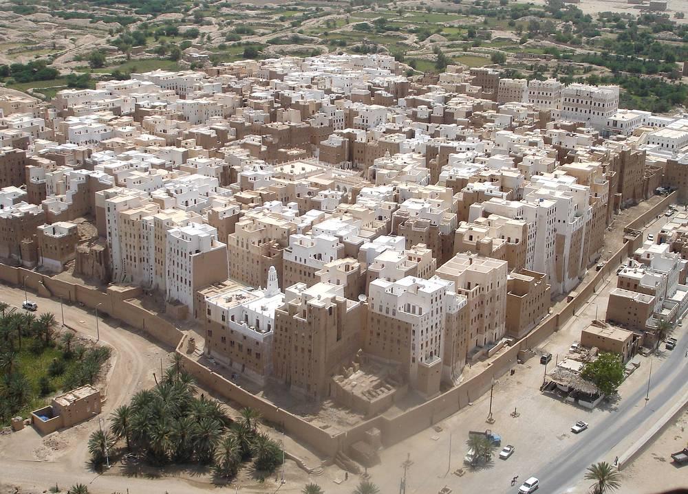 Шибам называют старейшим городом небоскребов в мире или Манхэттеном пустыни. Дома обнесены стеной  XVI века