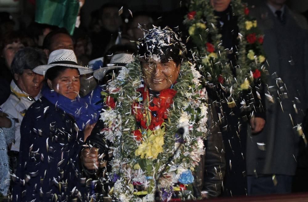 За время пребывания Моралеса у власти доход на душу населения вырос более чем вдвое, а поступления в бюджет с 2006 года увеличились на 160%. На фото: встреча президента Боливии в аэропорту Эль-Альто