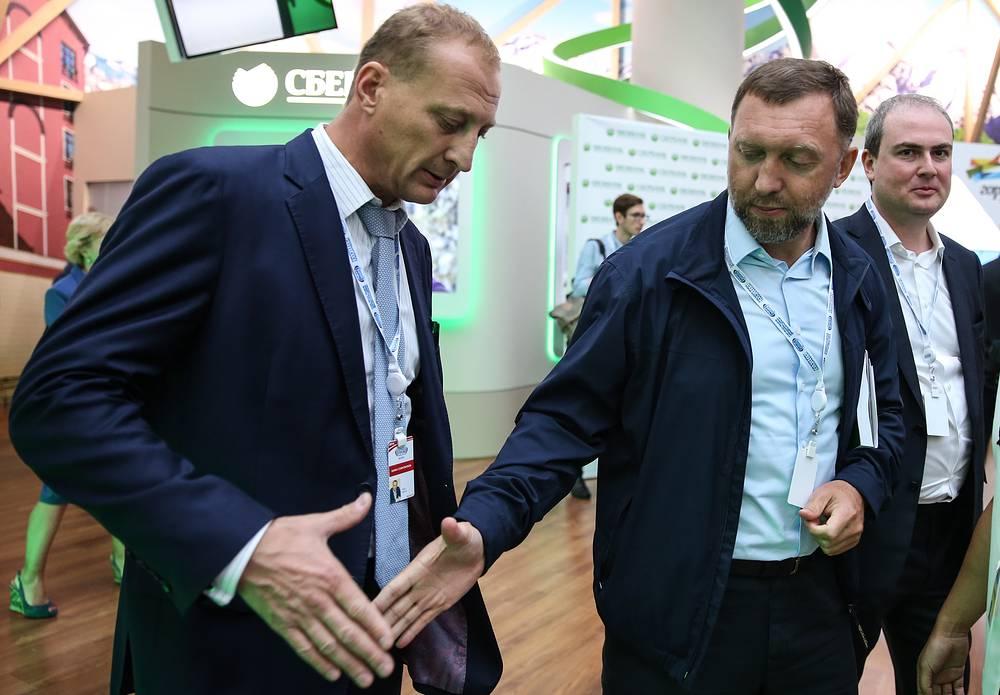 Выпускник физического факультета основной акционер, президент UC Rusal Олег Дерипаска (второй справа)
