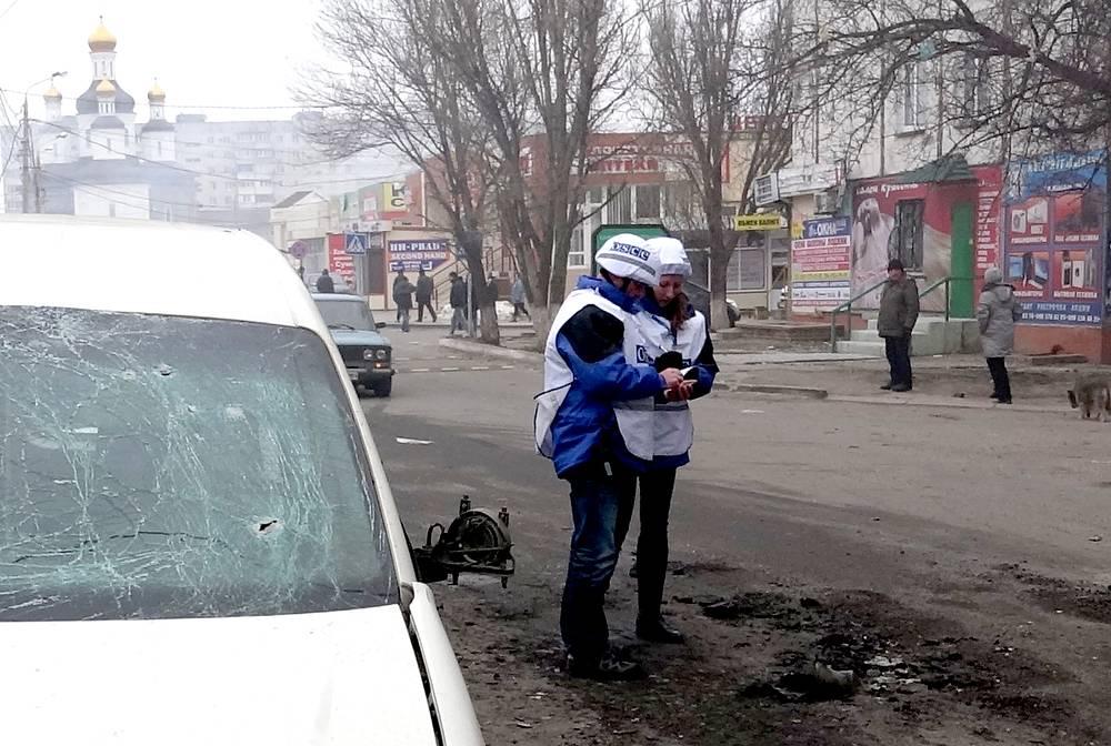 Сотрудники ОБСЕ на месте обстрела одного из жилых районов Мариуполя
