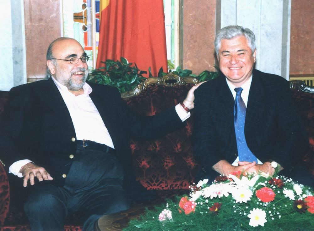 Демис Руссос и президент Молдавии Владимир Воронин в Кишиневе. 2002 год