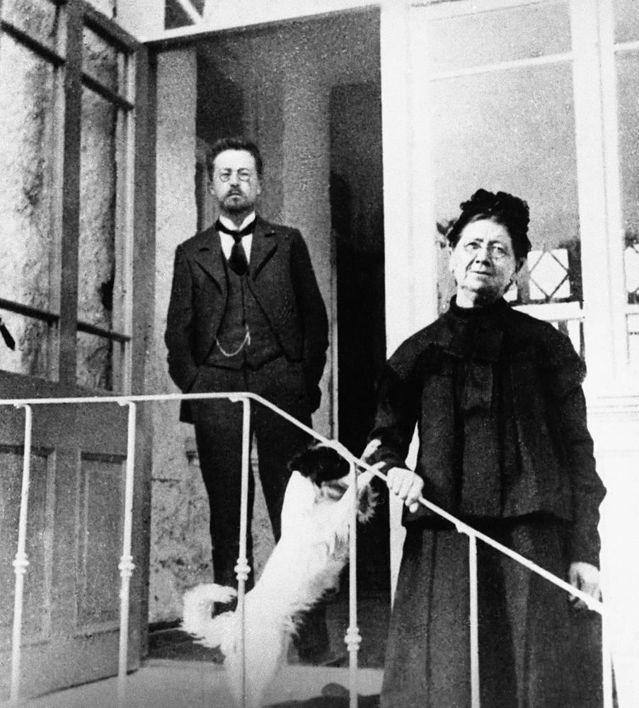 Антон Чехов с матерью Евгенией Яковлевной в Ялте, 1901 год