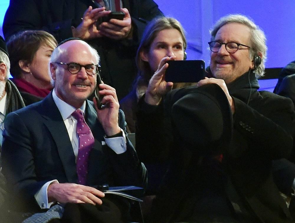 Кинорежиссер Стивен Спилберг (справа) на мероприятиях в Освенциме-Бжезинке