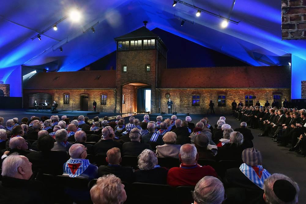 Президент Польши Бронислав Коморовский выступает во время основных торжеств, посвященных 70-летию освобождения концентрационного нацистского лагеря в Освенциме