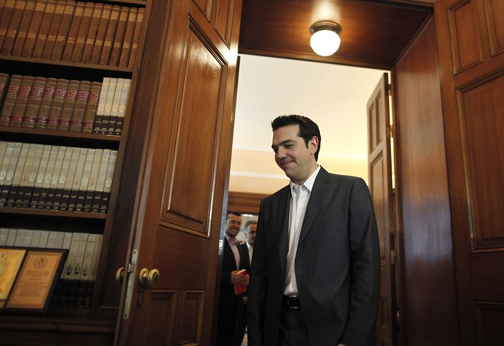 """""""Экономическая война с Россией не ведет к урегулированию кризиса на Украине. Напротив, она создает многочисленные негативные последствия для всего Европейского союза, которые являются катастрофическими для стран юга Европы, особенно для Греции"""" (20 августа, Афины). На фото: Алексис Ципрас во время встречи с президентом Греции Каролосом Папульясом перед принятием мандата на формирование нового правительства, 8 мая 2012 года"""