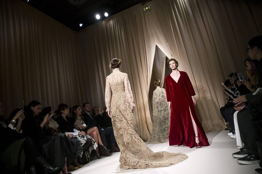 Совместная коллекция итальянских дизайнеров Марии Грациа Чиури и Пьера Паоло Пиччиоли для модного дома Valentino