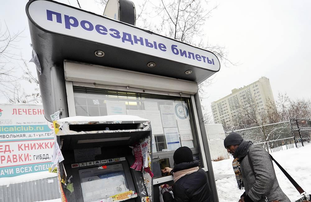 Продажа проездных билетов в киоске в Москве