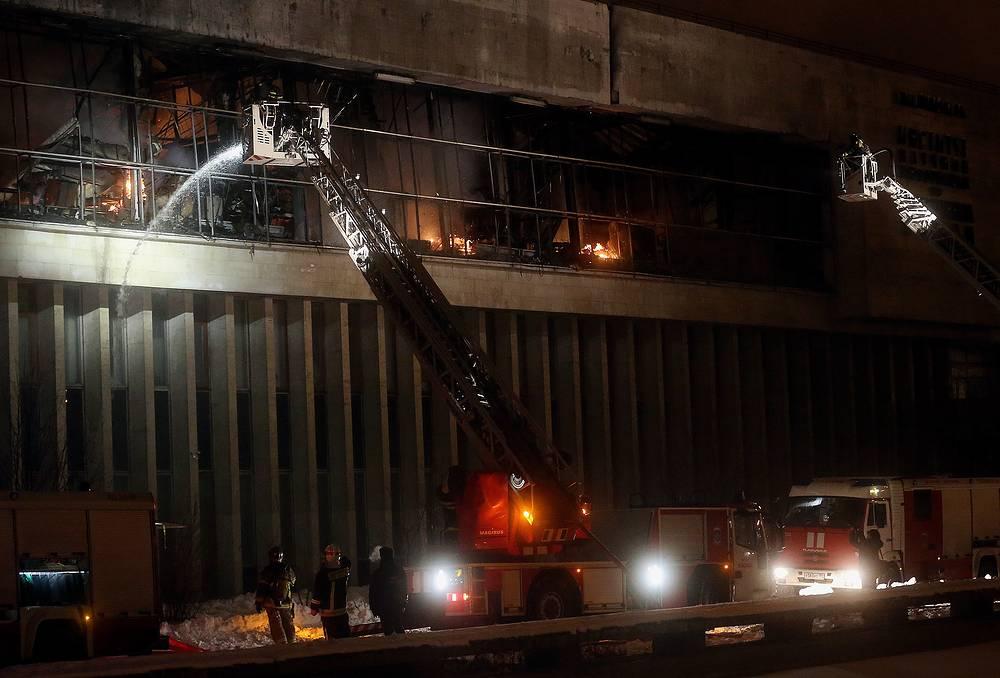 В момент возникновения пожара, кроме охраны, никого в здании не было. Очевидцы заметили дым на крыше 20-метрового здания и вызвали пожарных