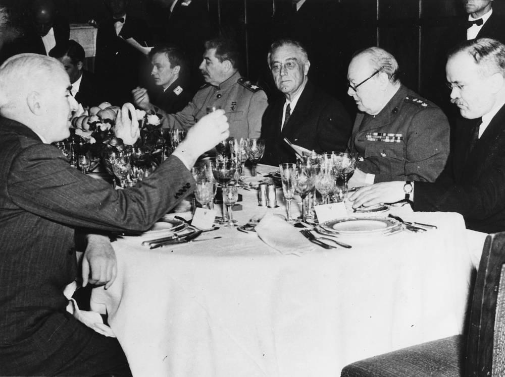 Иосиф Сталин, Франклин Рузвельт и Уинстон Черчилль на заключительном ужине ялтинской конференции