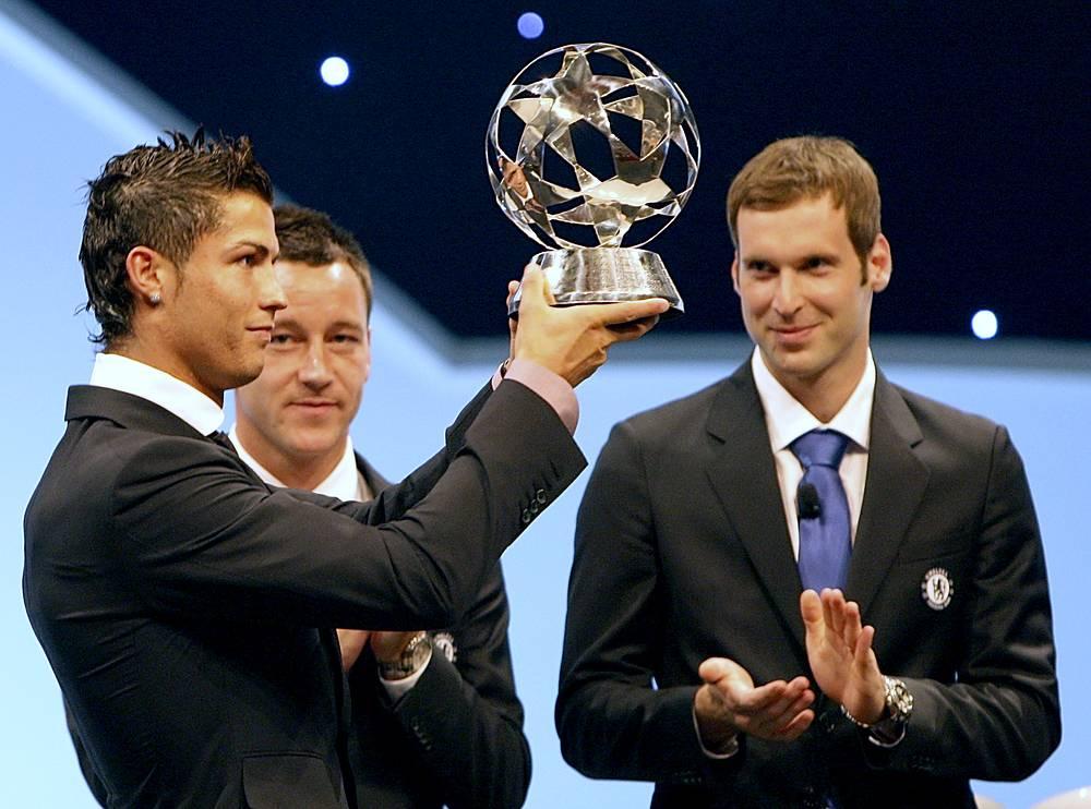 По итогам сезона 2007/08 Роналду получил ряд индивидуальных призов. На фото: португалец с призом лучшему клубному футболисту по версии УЕФА