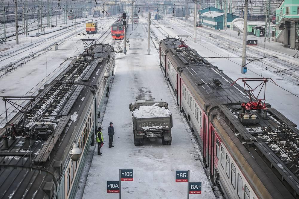 4 февраля президент РФ Владимир Путин раскритиковал правительство за сбои в пригородном железнодорожном сообщении и потребовал решить вопрос немедленно. 6 февраля в Минтрансе отчитались, что в график возвращено уже 200 электричек. Всего планируется вернуть порядка 300 пригородных поездов. На фото: пригородный железнодорожный вокзал в Новосибирске