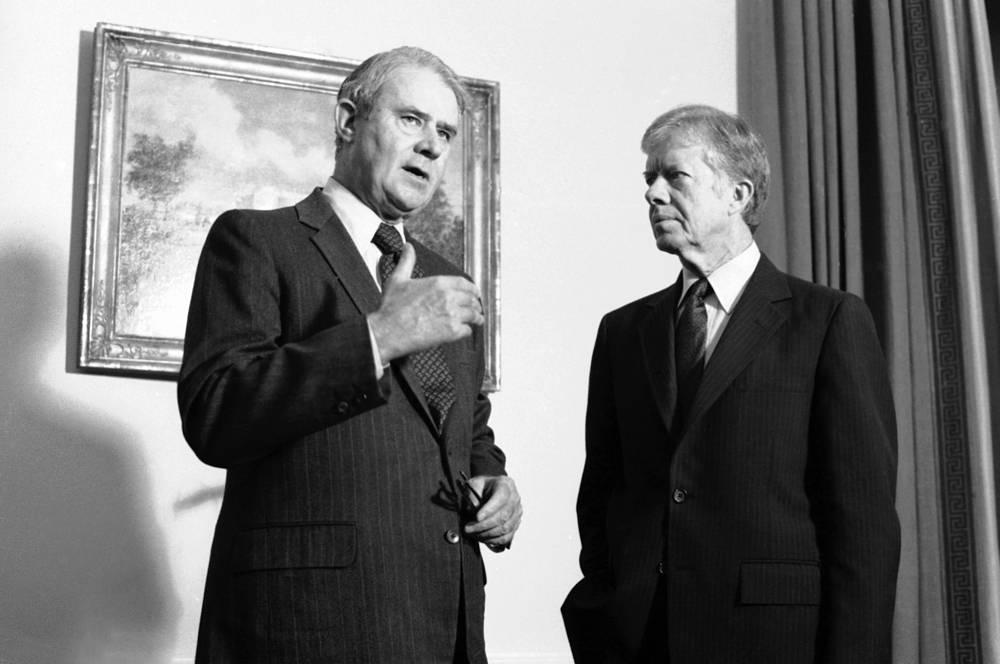 Сайрус Вэнс являлся госсекретарем США при Джимми Картере с 1977 по 1980 год. При его участии был подписан договор ОСВ-2 и Кэмп-Дэвидские соглашения между Израилем и Египтом. На фото: Сайрус Вэнс и Джимми Картер (справа), Вашингтон, 14 декабря 1979 года