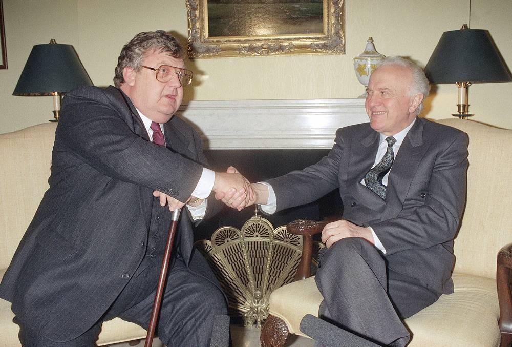 Лоуренс Иглбергер занимал пост главы Госдепартамента при Рональде Рейгане очень короткое время - с 8 декабря 1992 года по 19 января 1993 года. На фото: встреча с Эдуардом Шеварднадзе, Нью-Йорк, 25 сентября 1992 года