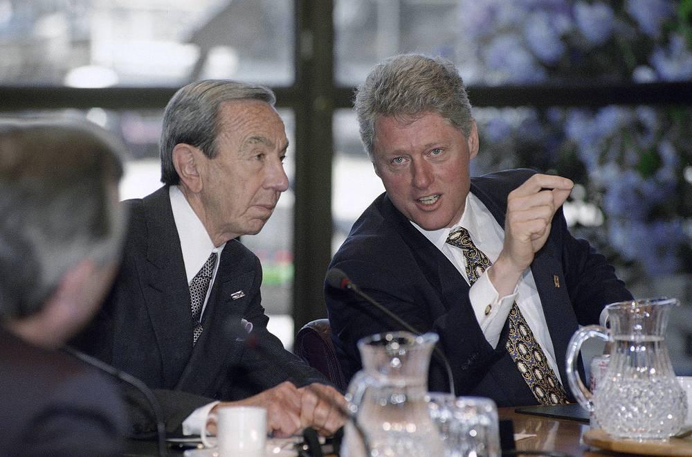 Уоррен Кристофер - глава ведомства во время первого президентского срока Билла Клинтона в период с 1993 по 1997 год. Лейтмотивом его службы на посту госсекретаря считаются усилия по расширению НАТО. На фото: Уоррен Кристофер и Билл Клинтон во время саммита G7 в Шотландии, 16 июня 1995 года