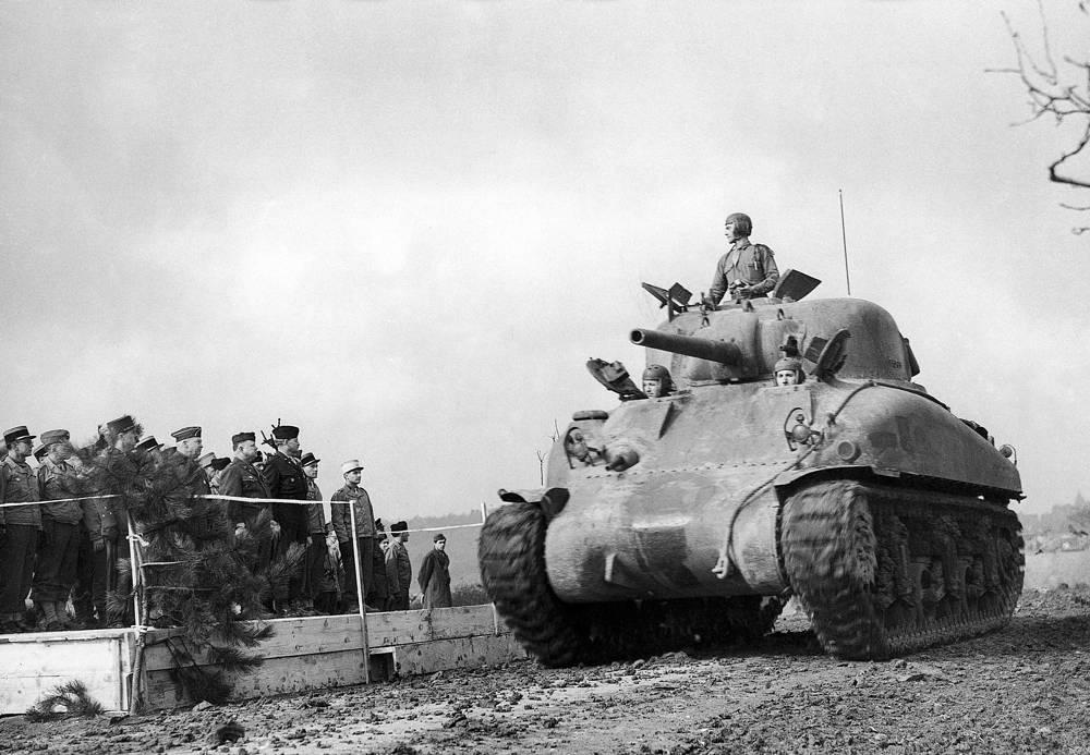 Американские военнослужащие  во время торжественной  церемонии  на артиллерийской  базе в Эльзасе, 28 февраля 1945 года