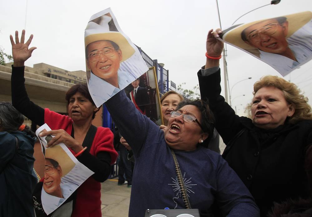 В апреле 2009 г. Фухимори был признан виновным в нарушении прав человека и приговорен к 25 годам лишения свободы, однако судебные расследования, связанные с коррупцией и растратой госсредств, продолжились. На фото: митинг сторонников Фухимори