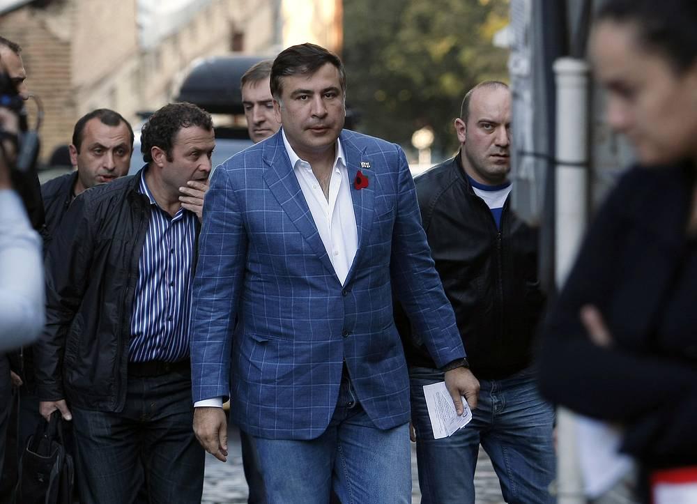 В июле-ноябре 2014 г. главная прокуратура Грузии предъявила экс-президенту страны Михаилу Саакашвили обвинения по четырем уголовным делам, среди которых организация массового разгона мирного митинга 7 ноября 2007 г.  На фото: Саакашвили на избирательном участке в ходе выборов, на которых избирался его преемник, октябрь 2013 г.