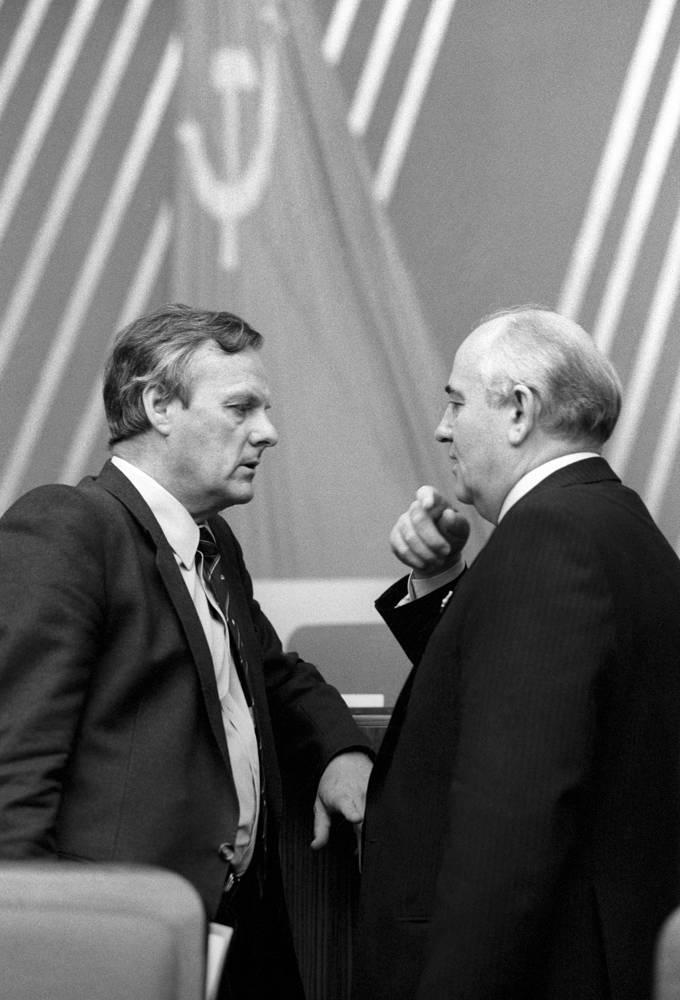 Президент Михаил Горбачев беседует с делегатом Первого съезда народных депутатов РСФСР Анатолием Собчаком, 1990 год