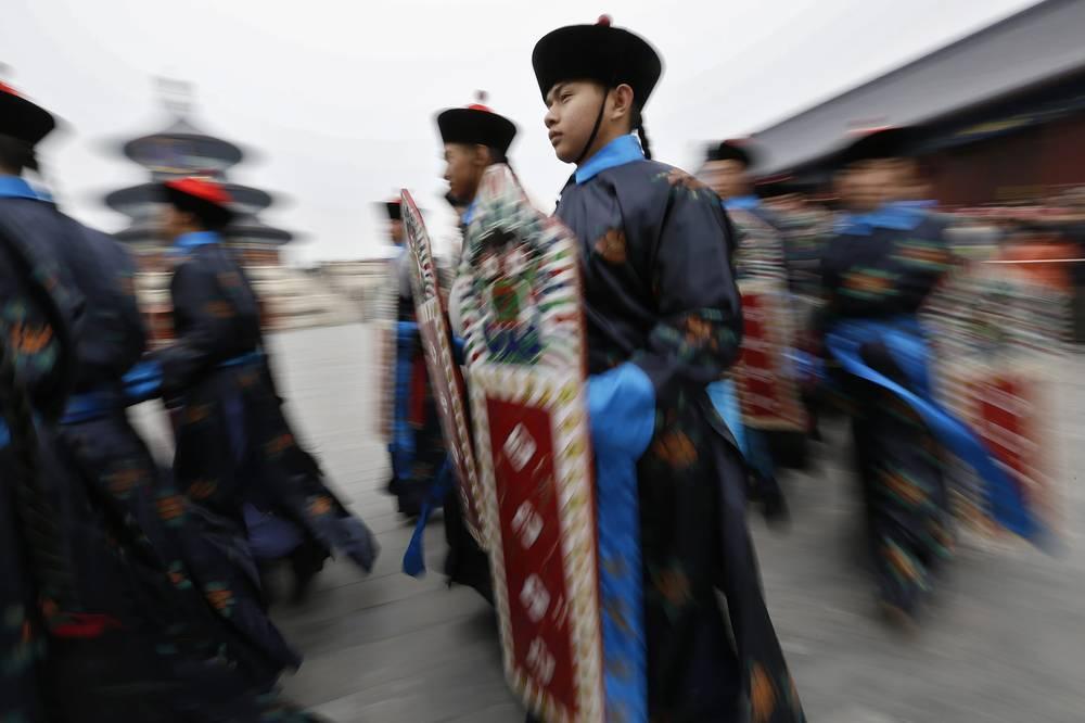 В основе китайского календаря лежат 12 зодиакальных созвездий, каждое из которых носит название животного - тигр, дракон, лошадь, овца, курица, змея, мышь, бык, заяц, обезьяна, собака, свинья. На фото: празднование Нового года по восточному календарю в Пекине