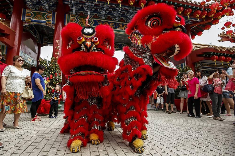 Китайский Новый год, история которого насчитывает 2 тыс. лет, является одним из самых важных и продолжительных праздников в Китае и странах Юго-Восточной Азии. На фото: празднование Нового года по восточному календарю в Куала-Лумпуре, Малайзия
